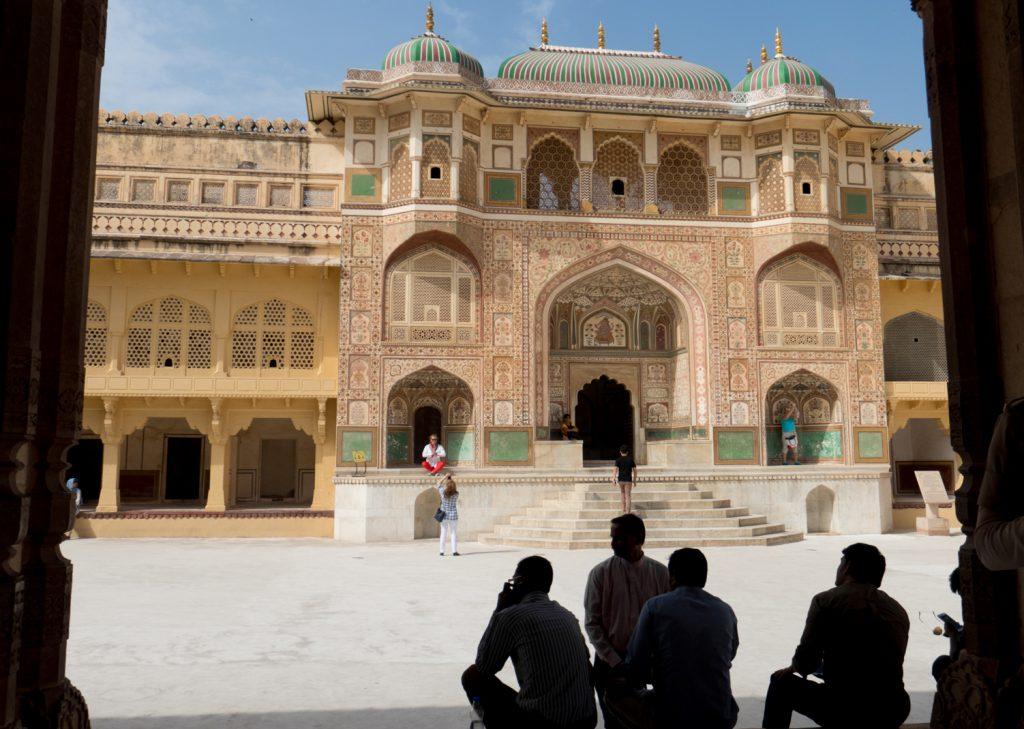 Porta Ganesh Pol. Attraverso questa porta si arriva al terzo cortile dove si ergono gli appartamenti privati del Maharaja. La porta di Ganesh è decorata da preziosi mosaici.
